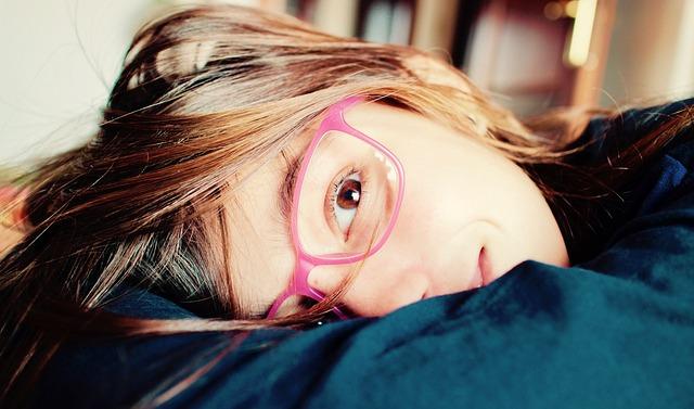 růžové brýle dívky
