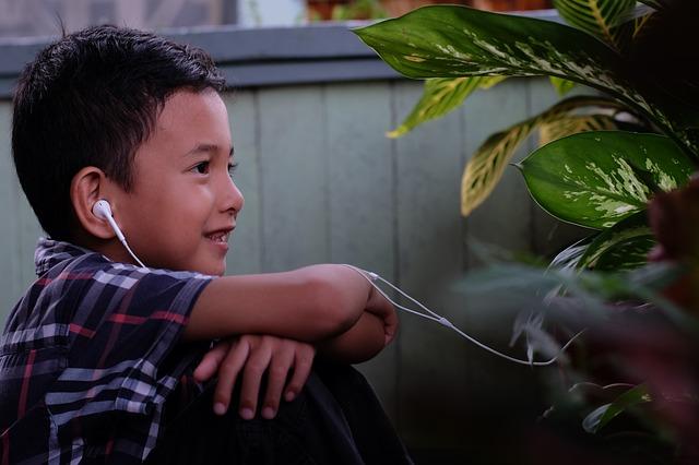 chlapec se sluchátky