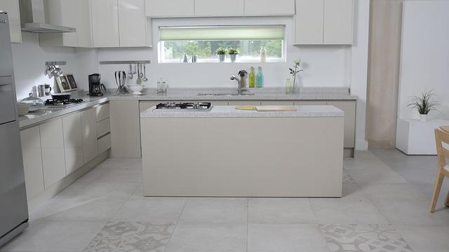 bílá kuchyně, ostůvek