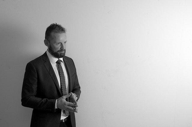 muž, oblek kravata, spojené ruce