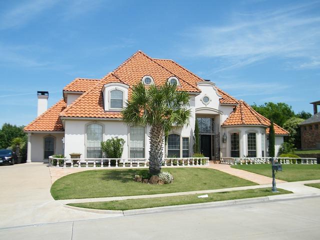 palma, velké bílé sídlo, červená střecha