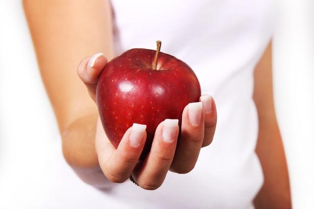 jablko v ruce