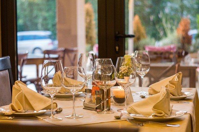 prostřený stůl v restauraci.jpg